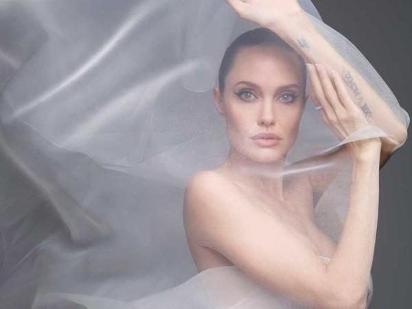Angelina Jolie Tampil 'Naked' Di Pemotretan Majalah Harper's Bazaar