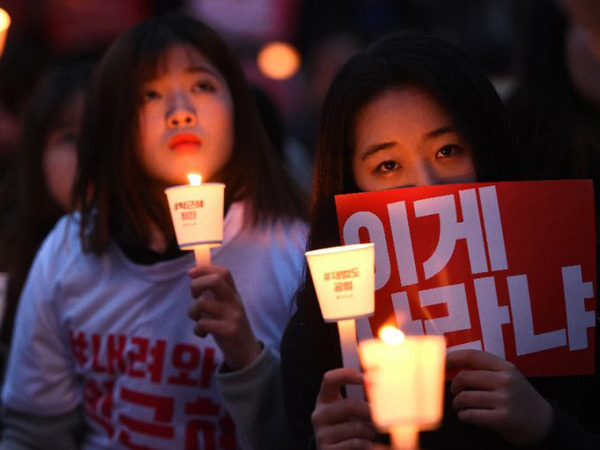 Gunakan Lightstick Resmi, Sejumlah Fandom Idola K-Pop Ikut Ramaikan Demo Presiden Park