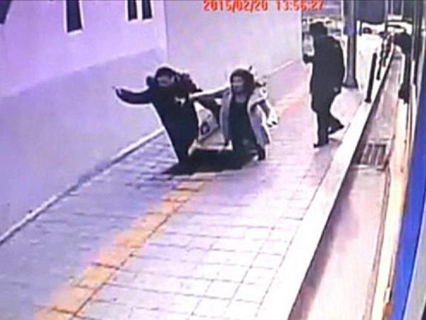 Duh, Dua Pejalan Kaki Korea Selatan Jatuh Ke Dalam Jalanan yang Amblas!