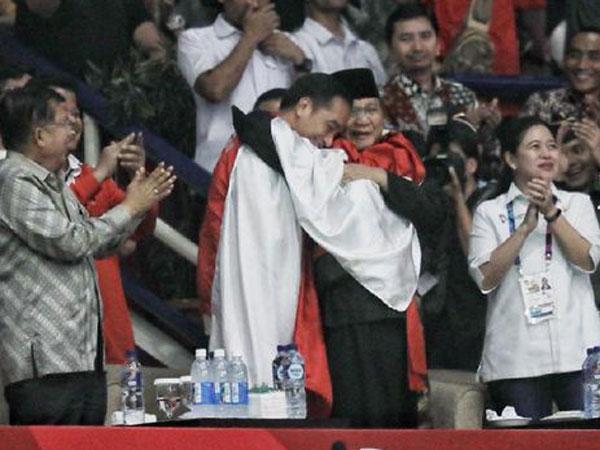 Super Langka! Pelukan Mesra Dilakukan Jokowi-Prabowo di Kemenangan Pencak Silat Asian Games 2018