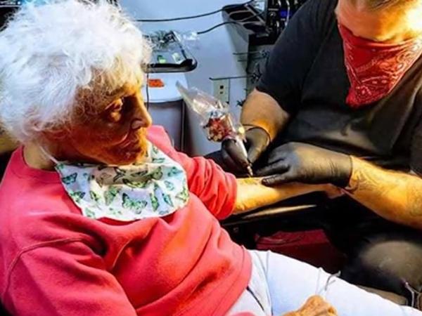 Wujudkan Cita-Cita, Nenek Ini Bikin Tato di Usia 103 Tahun