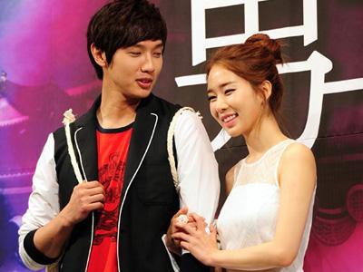Walaupun Wamil, Ji Hyun Woo Tetap Mesra dengan Yoo In Na