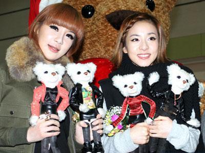 Dara dan Park Bom 2NE1 Alih Profesi jadi Pedagang Kaos Kaki?