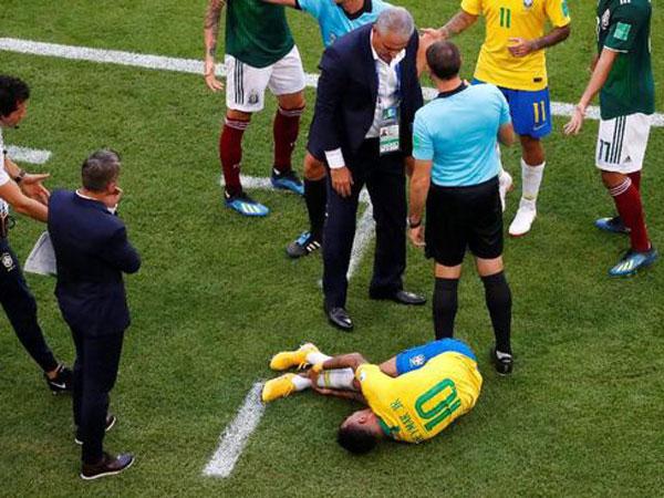Soal Aksi Diving 'Berlebihan' Neymar, Pemain Meksiko: Kalau Mau Rebahan Di Rumah Saja!