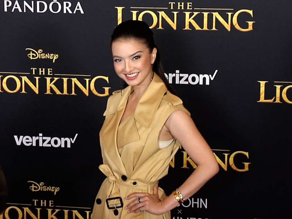 Hadiri Premiere Film 'The Lion King', Raline Shah Foto Bareng Sutradara 'Iron Man'!