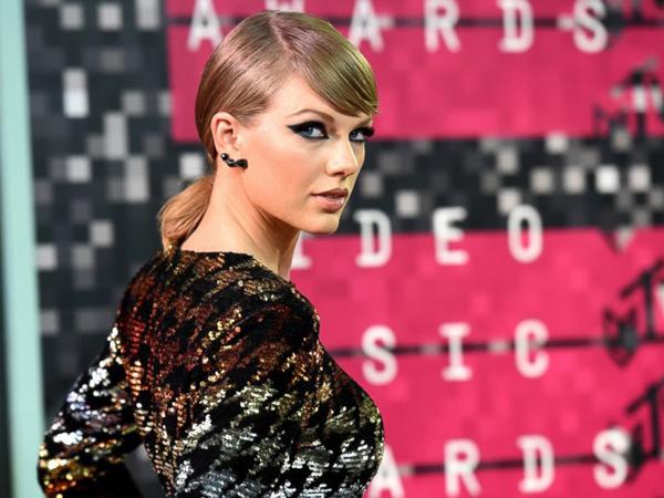 Ups, Suara Buang Angin Taylor Swift Terdengar Saat Rilis MV Terbarunya di MTV VMA 2015?