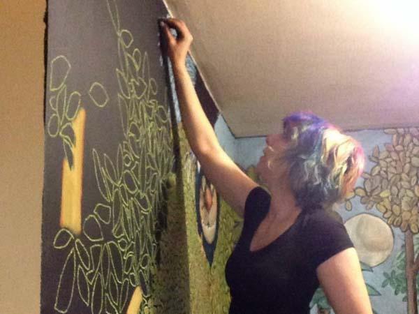 Bosan Dengan Wallpaper? Yuk, Hias Dinding Dengan Lukisan Dari Kapur!