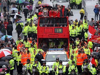 Rayakan Kemenangan, Fans MU Berkeliling Manchester