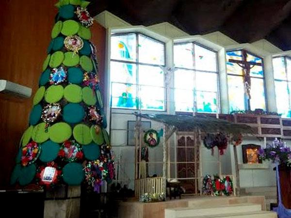 Uniknya, Pohon Natal di Gereja Ini Dirangkai dari Tampah