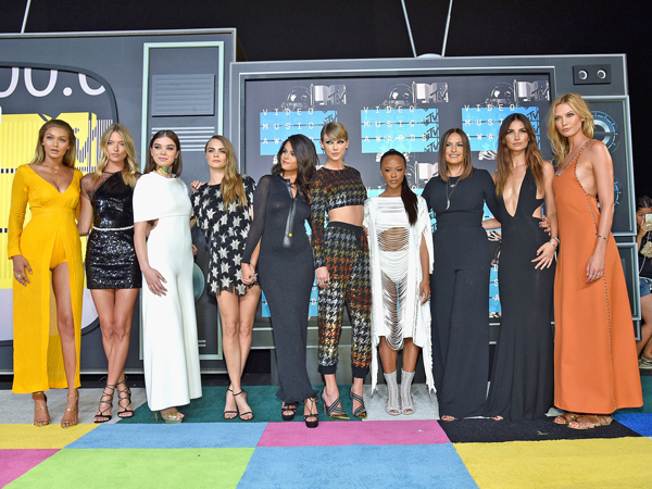 Taylor Swift Bagikan Trofi MTV Video Music Awards 2015 untuk Skuad 'Bad Blood'-nya