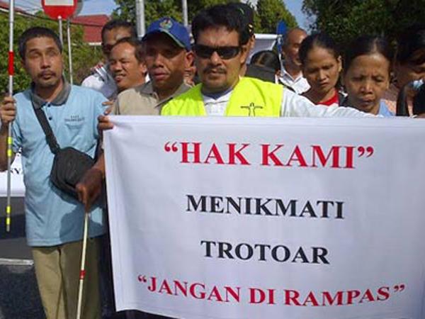 Trotoar Dipakai Berjualan, Kaum Tuna Netra Demo