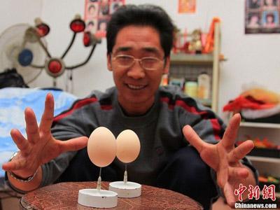 Mampu Seimbangkan Telur di Atas Jarum, Pria Ini Pecahkan Rekor Dunia!
