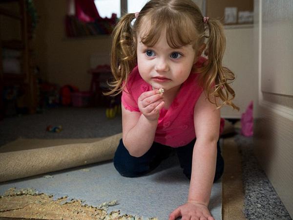 Kondisi Langka Buat Bocah Ini Hobi Makan Karpet, Furnitur, dan Batu-batuan