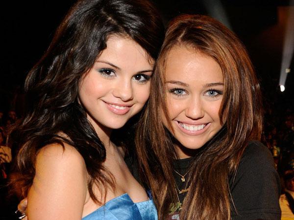 Selena Gomez Dihina Oleh Desainer Ternama Dunia, Miley Cyrus Geram!