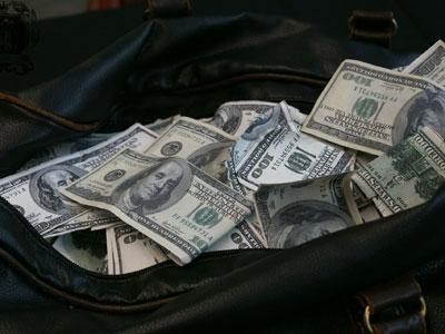Wow, Gelandangan Ini Serahkan Tas Penuh Uang ke Polisi