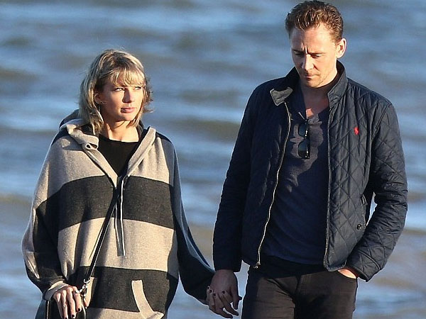 Taylor Swift Liburan Manis di Pantai Bareng Keluarga Tom Hiddleston
