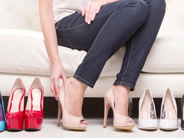 Trik Meregangkan Sepatu Sempit, Tidak Perlu Harus Sepatu Baru!