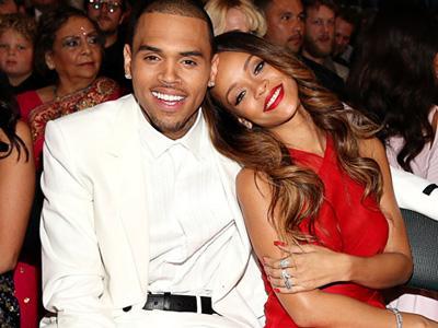 Kenakan Berlian di Jari Manis, Rihanna Tunangan dengan Chris Brown?