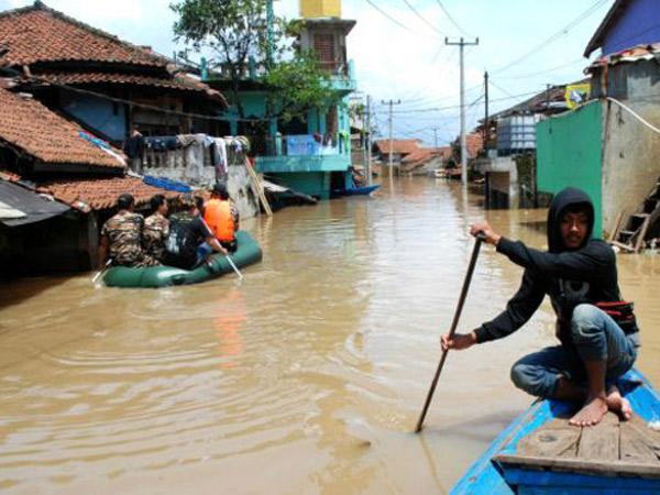 Diguyur Hujan Deras Sejak Siang, 10 Rumah Jebol Akibat Luapan Sungai Cikakak Bandung