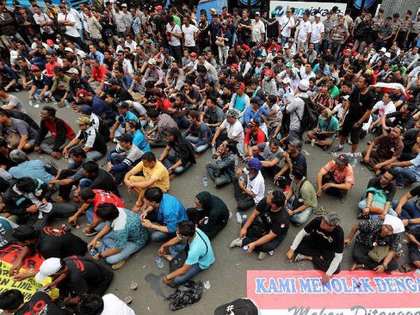 Inilah Fakta Demo Sopir Taksi Online hingga Buat Menteri Budi Karya Naik Pagar