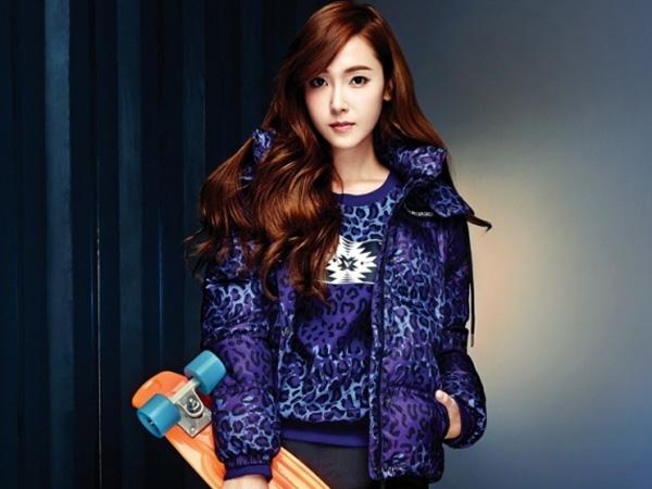 Jessica Jung Tampil Sporty untuk Pemotretan Kolaborasinya dengan Brand Fashion Cina