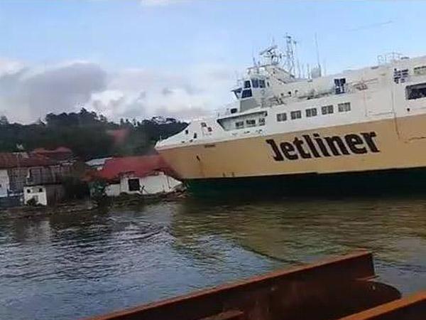 Detik-detik Kapal Raksasa Jetliner Tabrak Kantor Kepala Pelabuhan Syahbandar