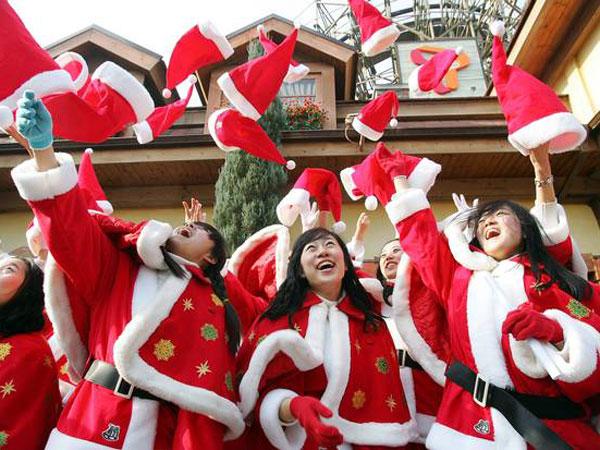 Jadi Fenomena Aneh, Siapa Yang Diberi Kado Natal Oleh Anak Muda Korea Selatan?