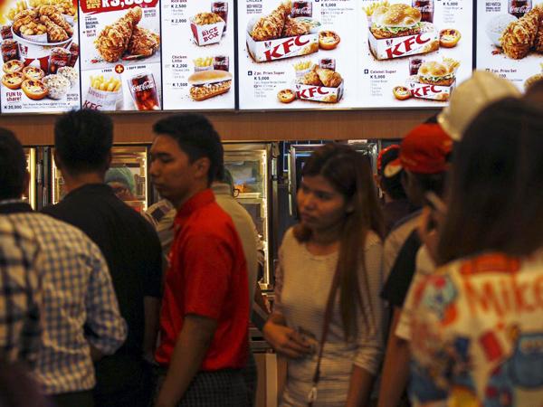 Pertama Dibuka, Orang Myanmar Harus Antre 3 Jam untuk Menikmati Ayam KFC