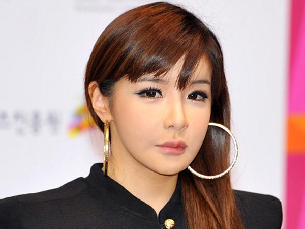Disebut Penyebab 2NE1 Bubar, Park Bom Tulis Pujian Tak Terhingga Untuk Yang Hyun Suk