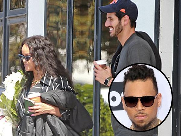 Pacari Miliarder Arab, Keluarga Berharap Rihanna Balikan dengan Chris Brown?