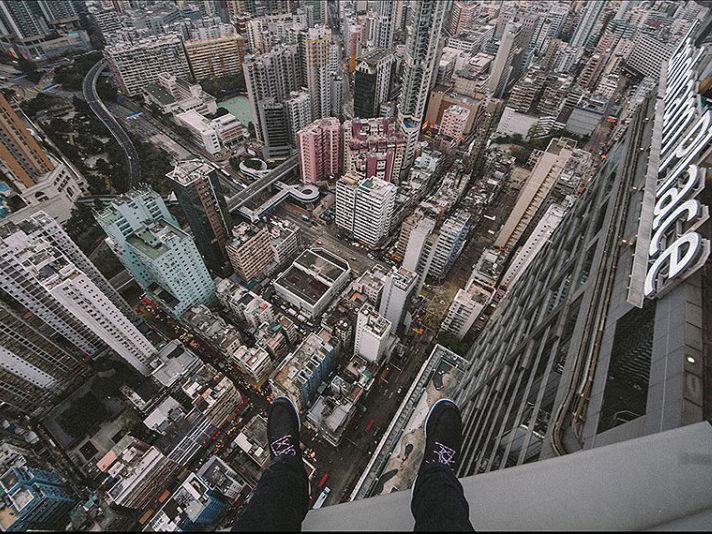 Berani Foto Diatas Ketinggian 300 Meter Seperti Pria Ini?