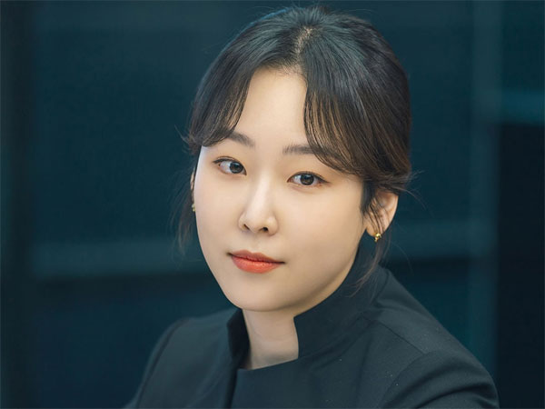 Seo Hyun Jin Tampil Profesional di Foto-foto Drama 'You Are My Spring'