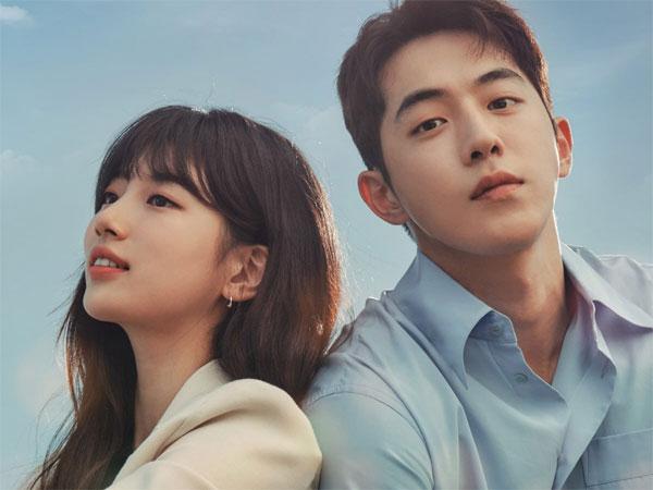 Suzy dan Nam Joo Hyuk Saling Bersandar di Poster Terbaru 'Start-Up'