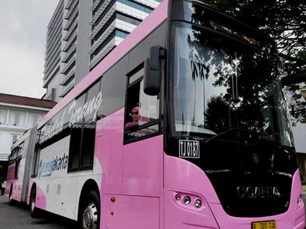 Bus 'Pinky', Transjakarta Khusus Wanita yang Diluncurkan Tepat Di Hari Kartini