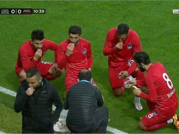 Viral! Pemain Sepak Bola Turki Buka Puasa di Tengah Pertandingan