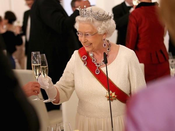 Ratu Elizabeth II Ternyata Punya Racikan Minuman Alkohol Sendiri