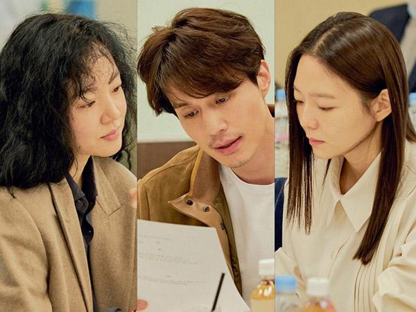 Kumis Tipis Lee Dong Wook Curi Perhatian di Sesi Diskusi Naskah Film Baru