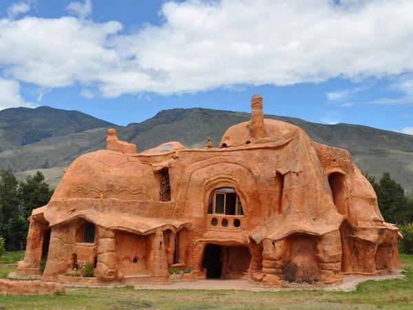 Tanpa Baja dan Semen, Rumah Ini Dibuat Hanya Menggunakan Tanah Liat!