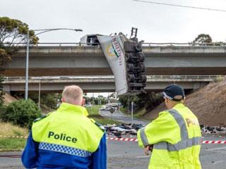 Penampakan TKP Truk Bergantung di Jalan Melbourne hingga Jalur Ditutup
