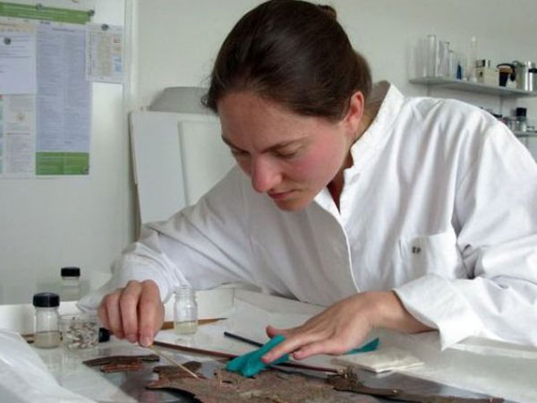 Berawal dari Terpesona, Perempuan Asal Jerman Ini Jadi Perawat Wayang!