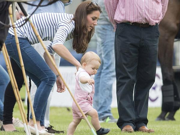 Lucunya, Pangeran George Tunjukkan Tanda-tanda Mulai Bisa Berjalan!