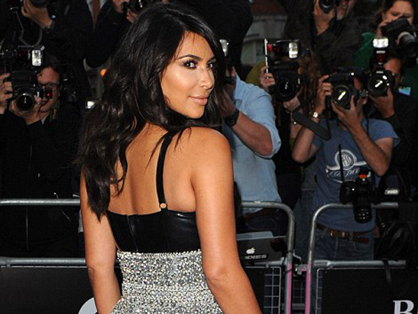 Kim Kardashian West Raih Gelar 'Woman of the Year'!