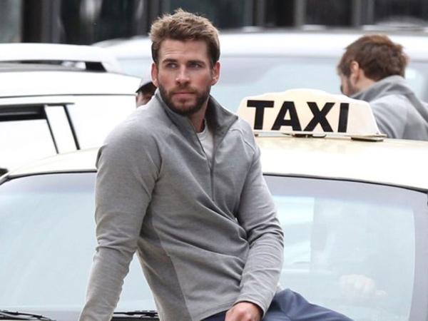 Liam Hemsworth Kepergok Jalan dengan Wanita Misterius, Sudah Move On?