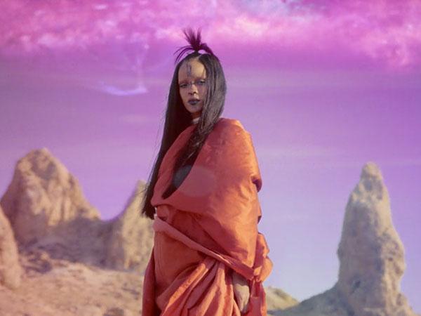Berani Tampil Beda di MV 'Sledgehammer' Rihanna Tetap Terlihat Stylish