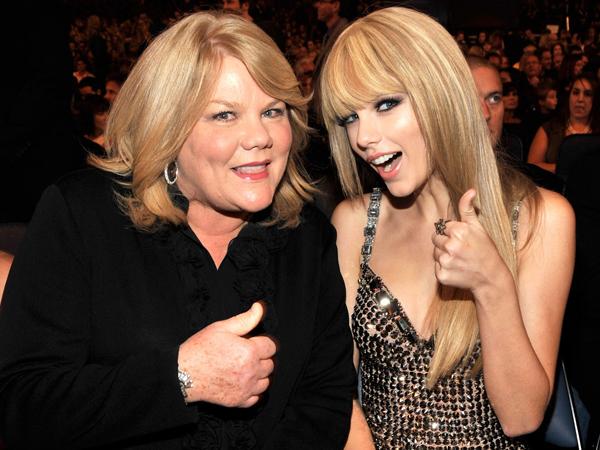 Taylor Swift Ungkapkan Ketakutan Akan Kehilangan Sang Ibu yang Menderita Kanker