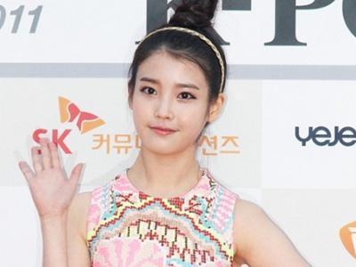 Bentuk Tubuh IU Saat Tampil di K-Pop Festival Menarik Perhatian