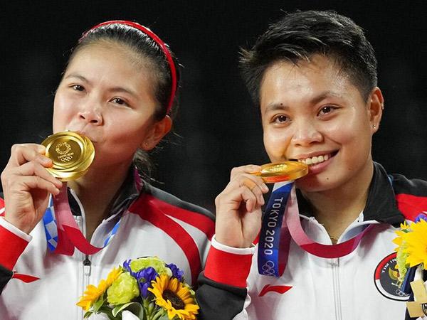 Ternyata Ini Alasan di Balik Ritual Pose Atlet Gigit Medali?
