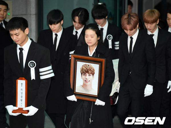 Tangis Keluarga dan Sahabat Pecah Iringi Prosesi Pemakaman Jonghyun SHINee