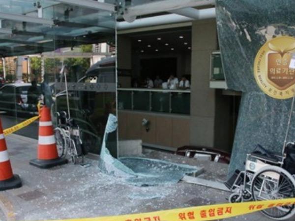 Mobil Tabrak dan Terjun ke Lantai Bawah Rumah Sakit di Korsel, 2 Cedera