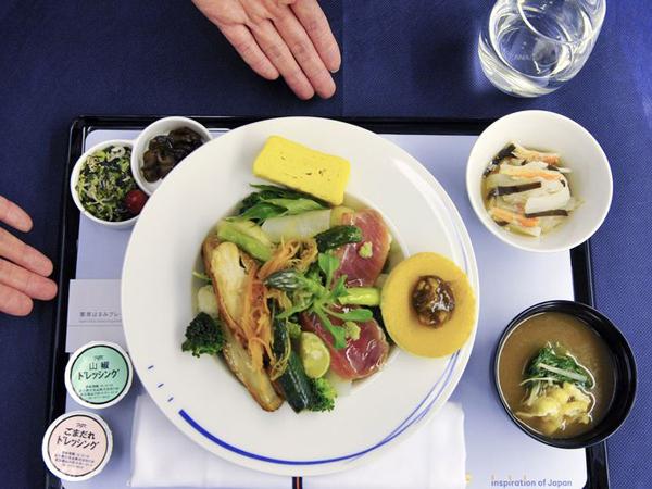 5 Makanan yang Sebaiknya Tidak Disantap Saat di Pesawat